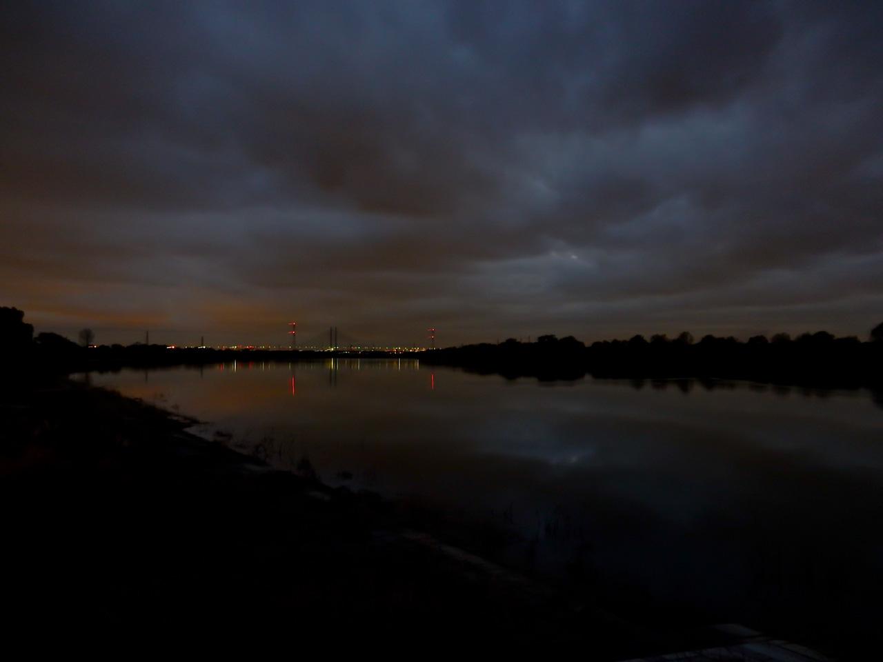 荒川サイクリングロード 彩湖 夜景