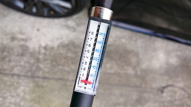 自働車に自転車用の空気入れで空気を入れる